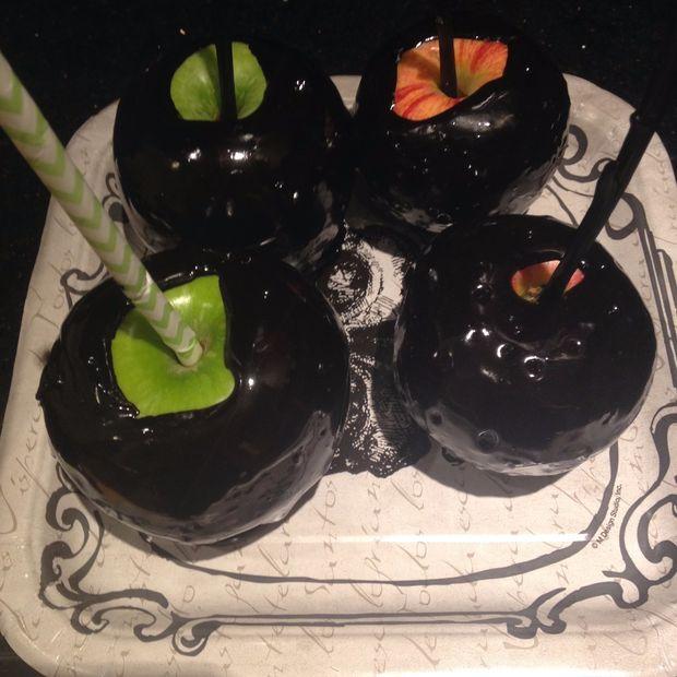Как приготовить вариации «отравленных» яблочек для стола на Хэллоуин - черные «отравленные» яблочки