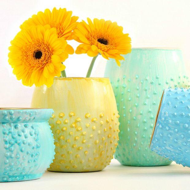 Об использовании объемной краски таким образом – например, для декорирования цветочных горшков - читайте в одной из следующих статей