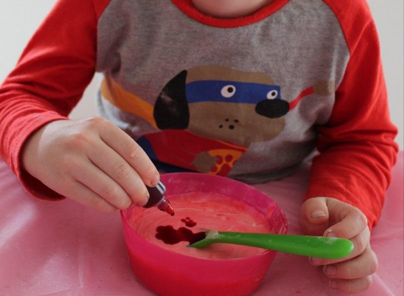 Затем вмешиваем пищевую краску