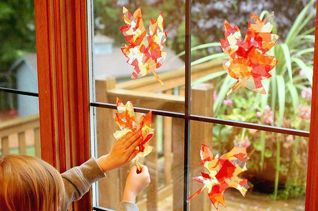 Как отпраздновать наступление осени с детьми: яркие «солнцеуловители» на окне