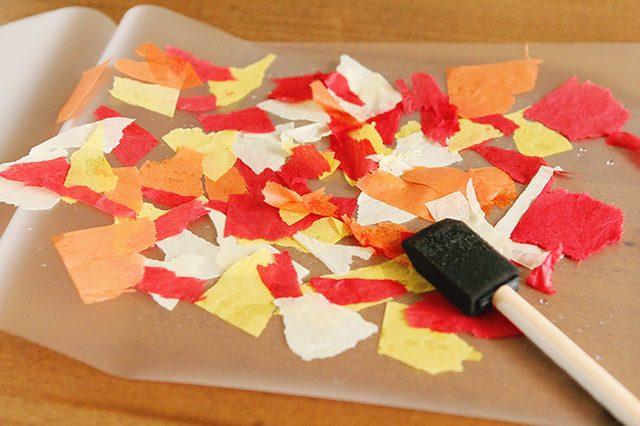 Либо, если будете основу для ваших будущих листочков ламинировать - в небольшую миску или пиалу наливаем чистой воды из-под крана, после кусочки бумаги окунаем в воду и накладываем на пленку/вощеную бумагу
