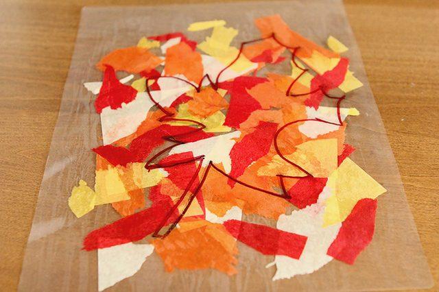 рисуем на пленке с любой стороны контуры осенних листочков