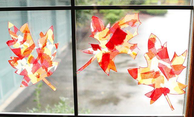 После клеим на окно на обычный (несколькими небольшими кусочками по контуру осеннего листика) или двусторонний (несколькими небольшими кусочками на «теле» каждого осеннего листика) прозрачный скотч