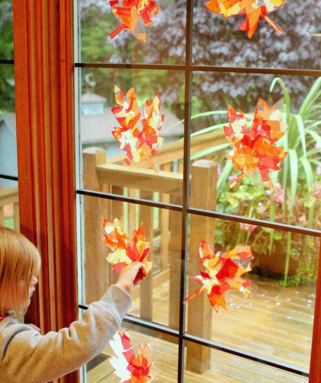 Яркое осеннее солнце, проникая через цветные прозрачные материалы на окне, заставит комнату играть всеми осенними цветами