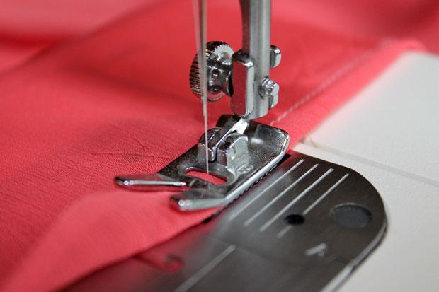 подгибаем каждый необработанный край примерно на 2 см и ровной строчкой пришиваем