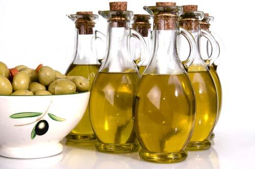 Бутылки с оливковым маслом, оливки в чаше