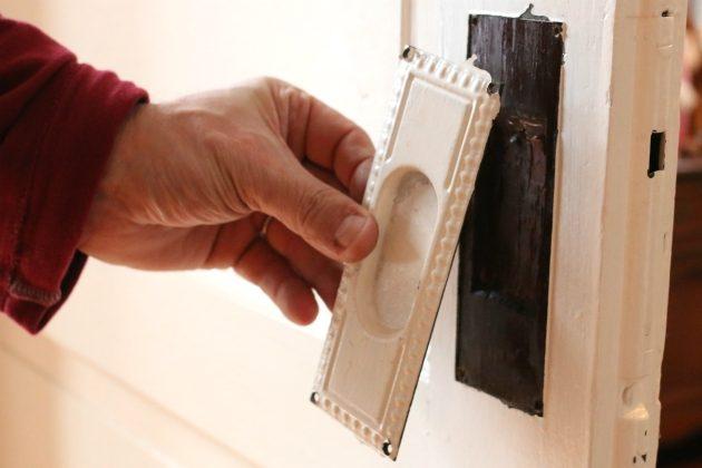 Как быстро и безопасно отчистить старинную закрашенную фурнитуру