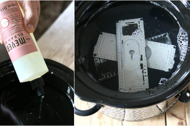Кладите накладку в металлический ковшик, заливайте воду и средство для мытья посуды