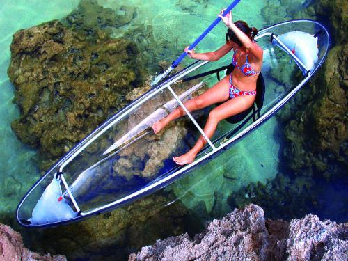 регион Сен-Жиль острова Реюньон: защищенная рифами лагуна, девушка на прозрачном каяке