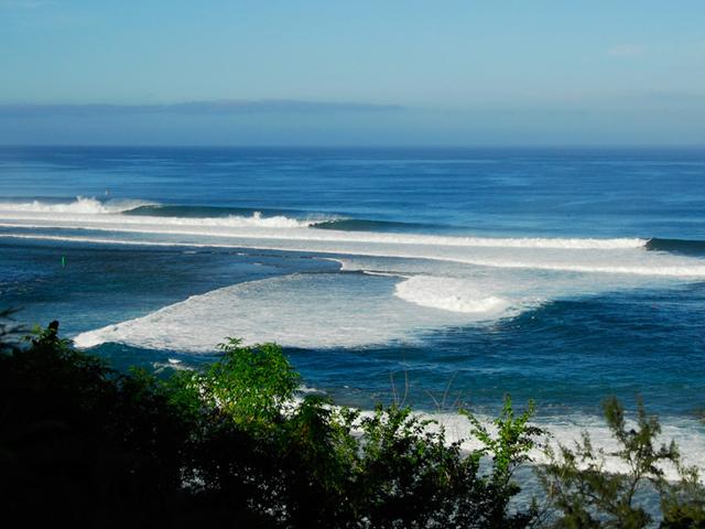 волны на побережье острова Реюньон