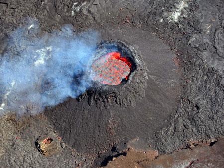 дымящий действующий вулкан Piton de la Fournaise на острове Реюньон