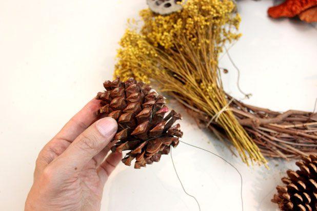 Некоторые элементы венков, вроде яблок или шишек, желательно предварительно сажать на проволоку