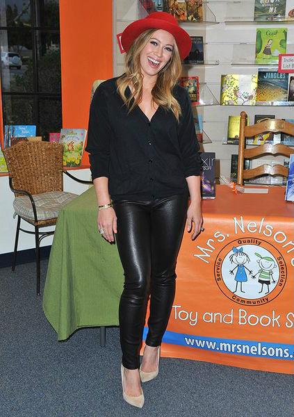 черная облегающая кожа красная шляпка тренд мода осени 2013 Хилари Дафф (Hilary Duff) кожаные брюки, как у Оливии Ньютон Джон (Olivia Newton John) Сэнди (Sandy) из «Бриолина»