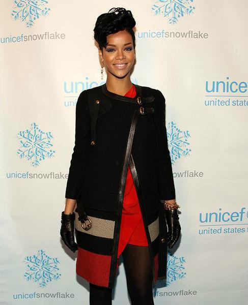 певица Рианна (Rihanna) Тренч из цветных, классических оттенков блоков