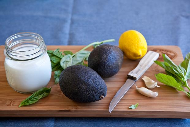 часть ингредиентов для супа из авокадо