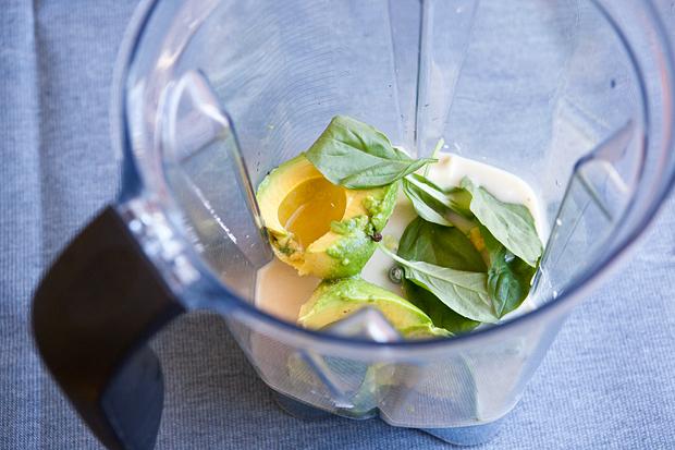 ингредиенты супа из авокадо в блендере