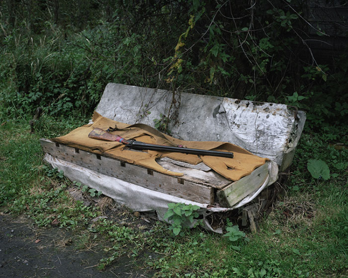 спальное место отшельника и ружье