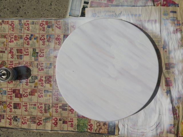 На подстилку ставим ваш вращающийся стол и опрыскиваем тот сверху и по бокам, кладя ровный слой краски