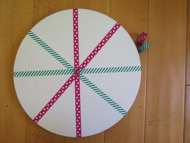Можно декорировать сам столик. Например, как здесь, наклеив «снежинку» из трех разноцветных полосок washi-tape.