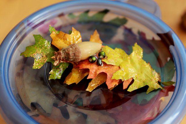 Теперь клеим на листья немного натуральных компонентов (желуди и прочее) и/или бусин/пайеток/бисера