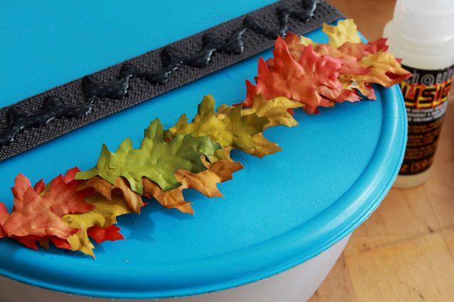 Затем немного(!) натяните резинку для повязки на голову на плоскую крышку, зигзагом нанесите на часть резинки клей