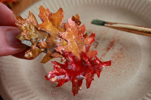 Блесток должно получиться !совсем чуть-чуть!, например, по краям листьев. Или можно нанести блестки - тоже немного - вручную, скажем, на прожилки листьев.