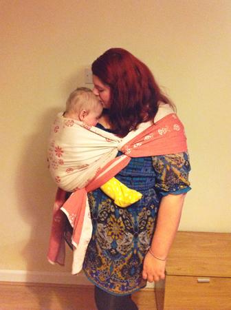 женщина и малыш в слинге сбоку