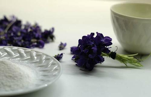 обсыпаем засахаренные цветы сахарной пудрой букетик столе