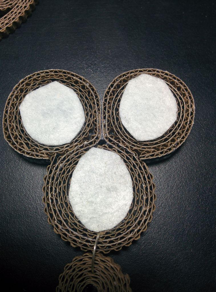 Отрезаем 3 небольших куска фетра и наклеиваем с тыльной стороны тройной детали на область камней