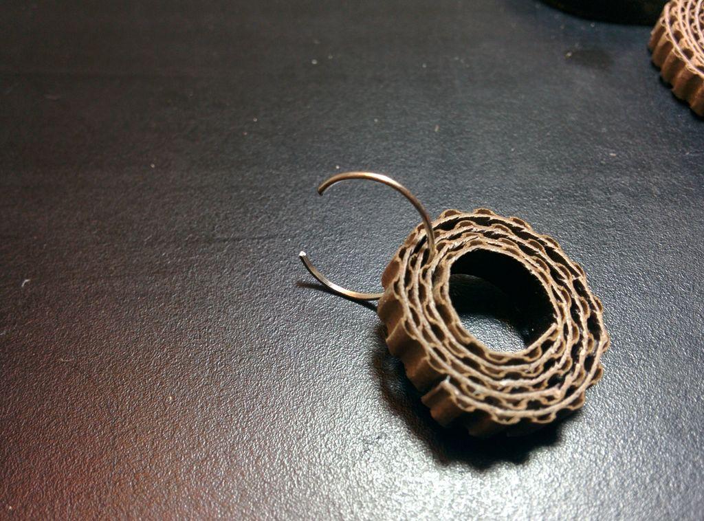 Берем соединительное кольцо, вставляем его в промежуток между гофрированными волнами на 2-3-м витке полоски малой подвески
