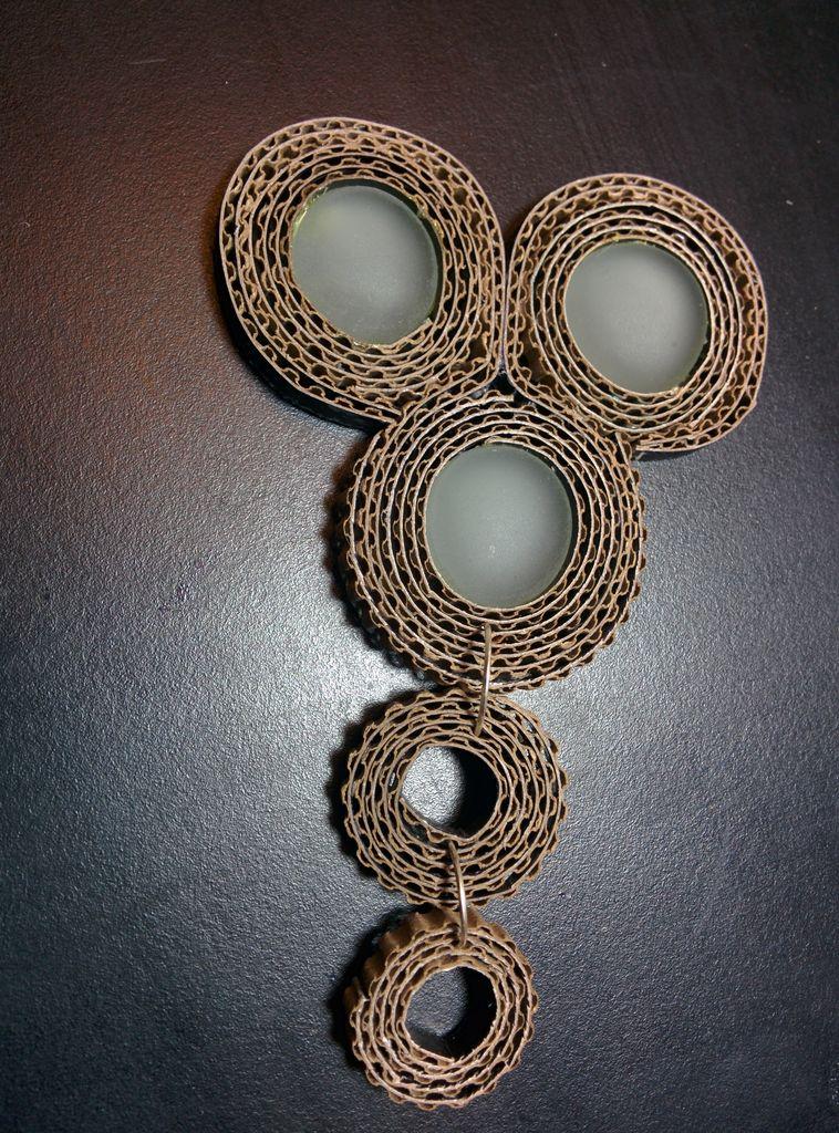 С противоположной стороны бОльшей подвески вставляем еще одно соединительное кольцо и теперь сцепляем его с нижней частью тройной детали ожерелья – той, что с «камнями»