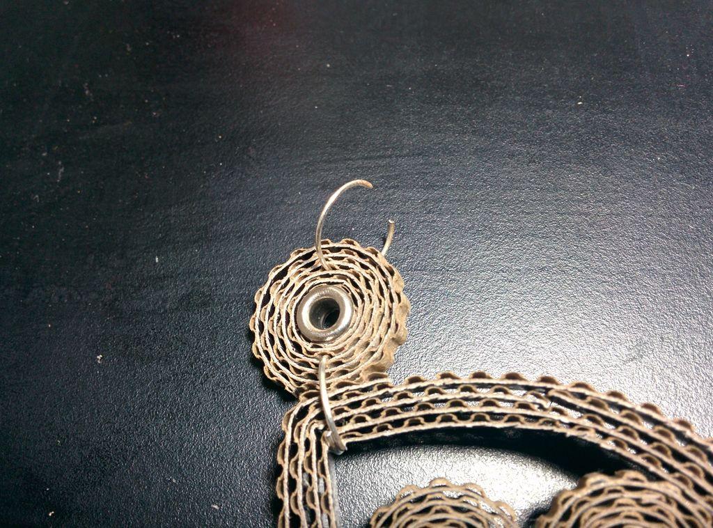 Наконец, справа и слева к малым подвескам за соединительные кольца крепим части цепочки или привязываем ленты