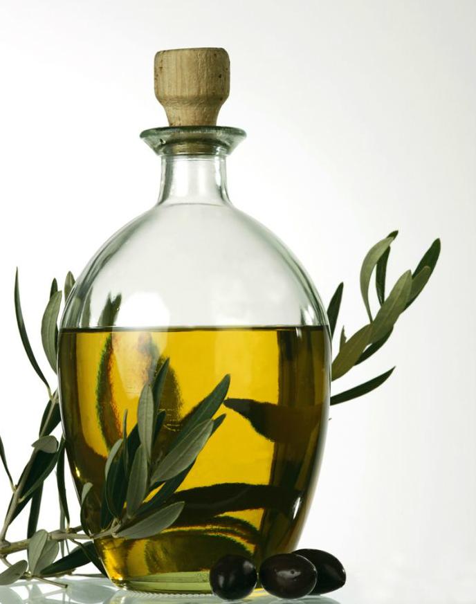 графин с оливковым маслом, веточка оливы