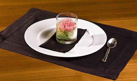 Например, простой стеклянный стакан может внезапно сделать самое обыкновенное блюдо гораздо более интересным