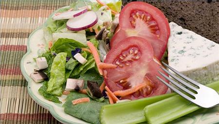 Потратьте дополнительные 60 секунд на ваш салат, чтобы сделать его чем-то большим, чем просто зеленой непитательной закуской