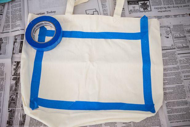 заклейте границы области для отпечатка на ткани малярной лентой