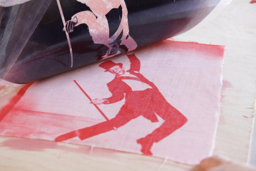 Как переносить картинки и отпечатки на ткань при помощи солнца: фотокраска - Фред Астер на ткани