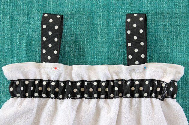 Примеряем лямки и аккуратно закалываем их булавками на тех местах, где, опять, будет комфортнее для ношения их расположить