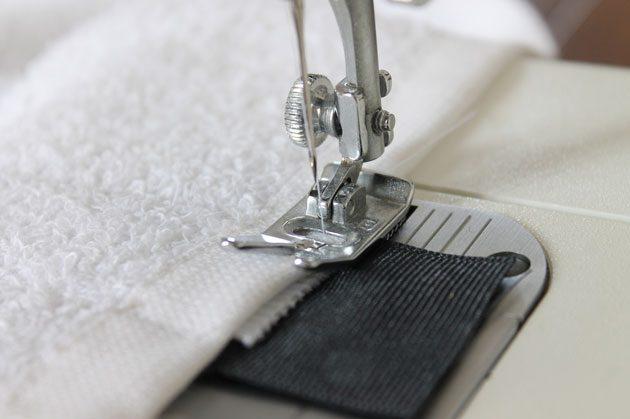 Сначала пришиваем на машинке кончик резинки без безопасной булавки к полотенцу
