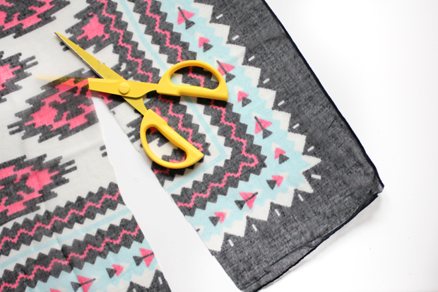 Отрежьте (по длине) от одного платка две полоски по 18 см в ширину