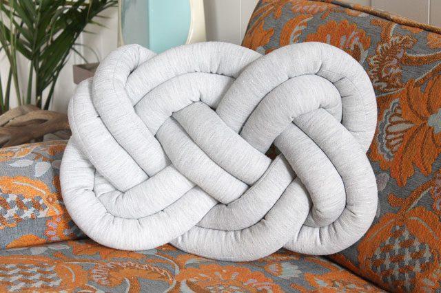 Как сделать декоративную подушку в виде огромного узла макраме «двойная восьмерка»