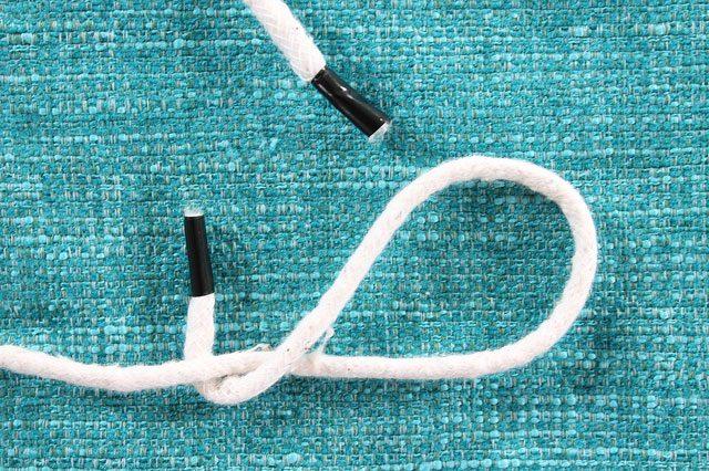 Следуем подробной инструкции в картинках, для наглядности выполненной на обычном шнуре, и складываем двойную восьмерку из нашей набитой тканевой трубы