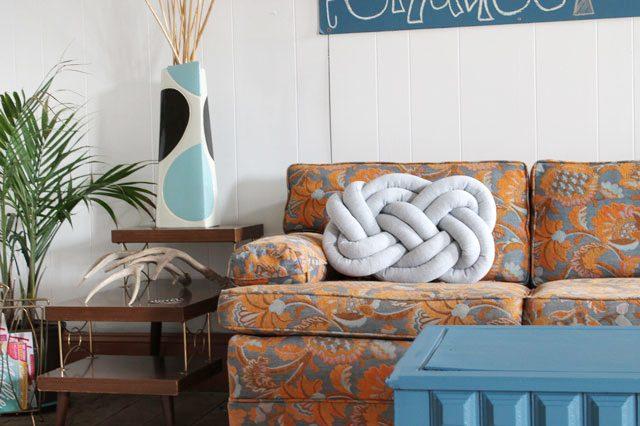 Готовая декоративная подушка в виде огромного узла макраме «восьмерка»