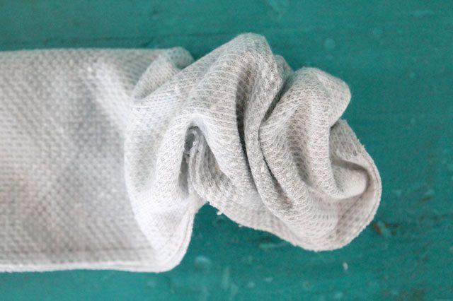 Внутри трубы из ткани протаскиваем безопасную булавку до противоположного конца трубы, тем самым выворачивая трубу на лицевую сторону