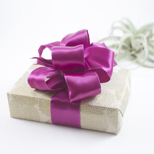 Трехмерный выразительный бант-цветок из ленты для подарка своими руками