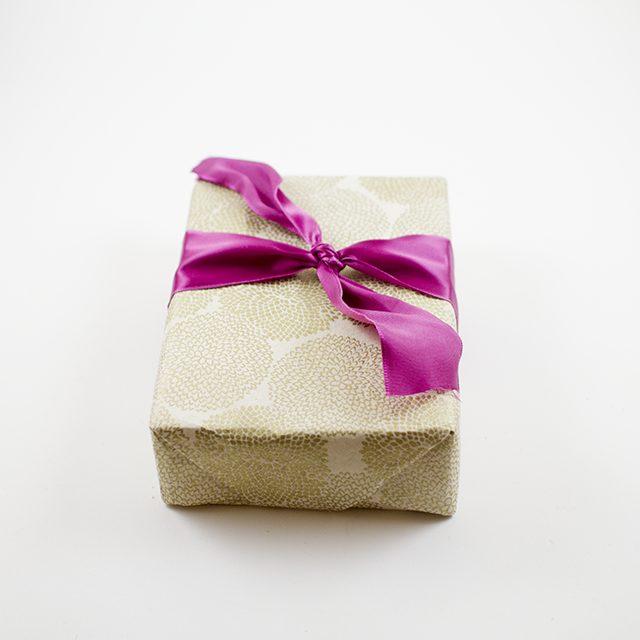 Завяжите самый обычный двойной узел на подарке