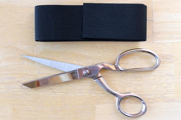 широкая эластичная лента и ножницы