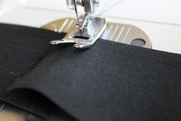 накладываем кончики ленты друг на друга, сшиваем