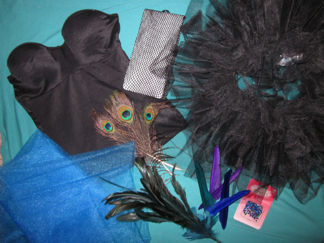 женский костюм павлина на Хэллоуин: необходимые материалы. Бюстье, перья, тюль.