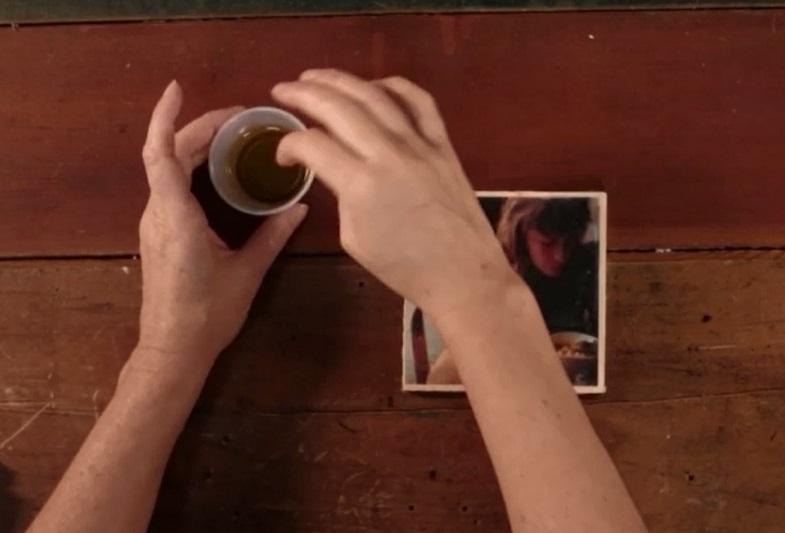 набираете буквально пару капель масла одним пальцем...